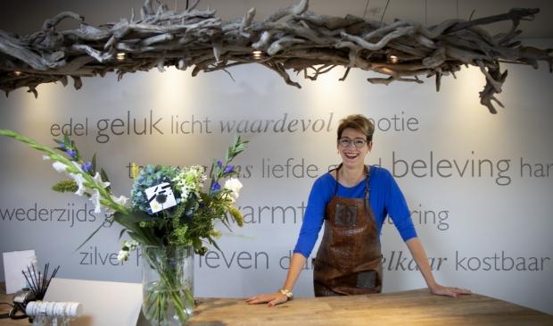 <p>Jet van der Hoeven in haar winkel, waar ook het atelier is.&nbsp;</p>