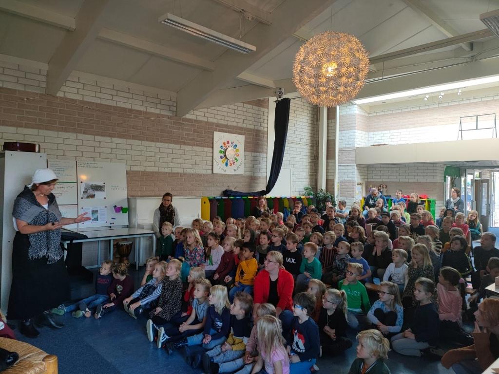 De kinderen van De Wonderwijzer luisteren ademloos naar het spannende verhaal van Hugo de Groot. Hilde Spoelstra © BDU media