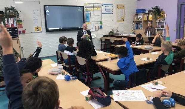 <p>Burgemeester Isabrella spreekt met de leerlingen over duurzaamheid</p>