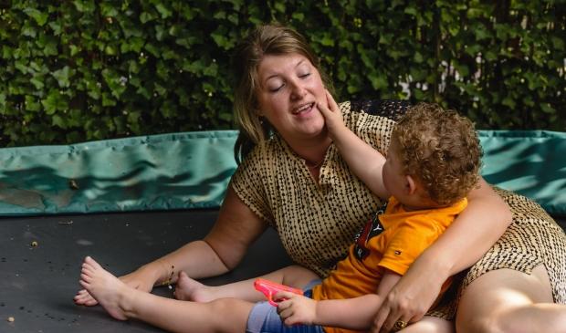 <p>Jacoline Mouw uit Garderen met haar zoontje Dave.</p>