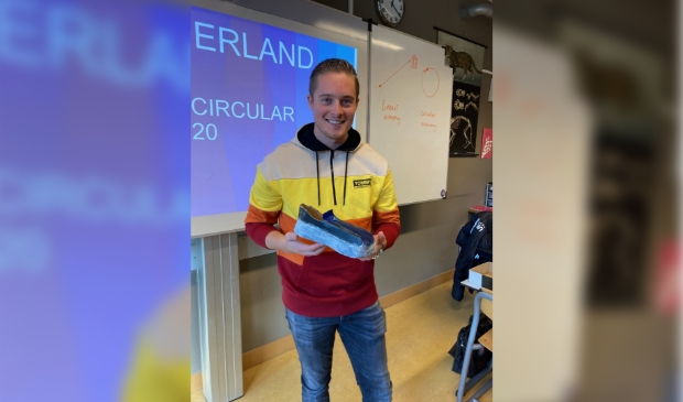 <p>Kasper Westerveld van BSH Huishoudapparaten, gevestigd in Hoofddorp. In zijn hand een prototype van een van de teams: de &#39;Circular Shoe Vacuum Cleaner.&#39; &nbsp;</p>