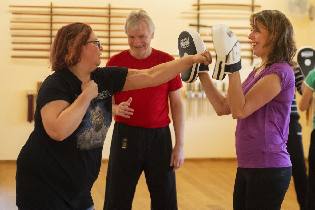 <p>Deelnemers aan de Donkere Dagen Training leren zowel te stoten als af te weren.</p> <p>Rinus van Denderen</p> © BDU media