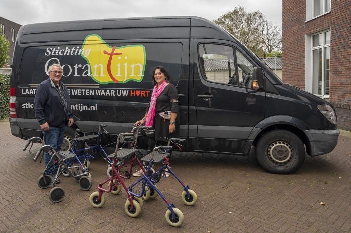 Jackie van den Braak Zitter overhandigt de rollators aan Piet Kruk