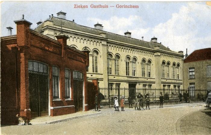 Het voormalig ziekengasthuis (nr. 39) in de Haarstraat. Links op de voorgrond het ontsmettingsgebouw (nr. 37)