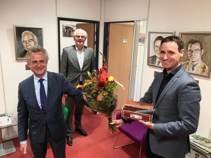 Rob Metz, burgemeester uit Soest reikt de LEF-prijs uit aan Mark Pot