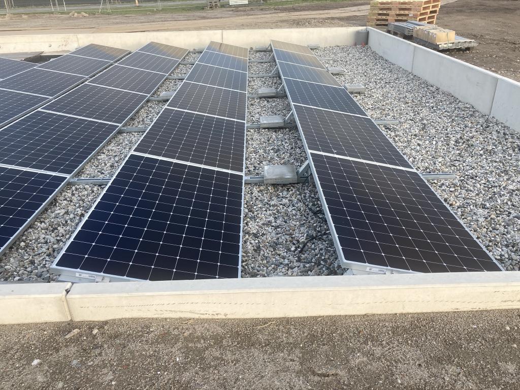 <p>Recent zijn zonnepanelen bij de sluis aangelegd</p> <p>Rijkswaterstaat</p> © BDU media