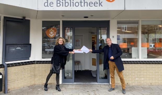 Voor bibliotheek Bloemendaal tekenen Roxane van Acker en Johan van Buren de intentieovereenkomst.