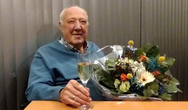 <p>Evert de Koning met de bloemen die hij kreeg van SV Panter. ,,Och, ik mis zo om met zijn allen naar het veld te gaan. Hopelijk kunnen we dat snel weer.&quot;</p>