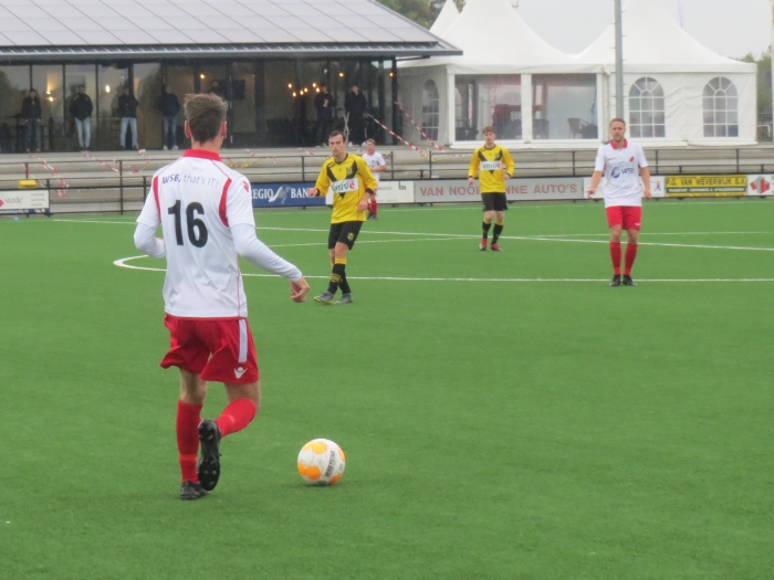 Pieter Kroon (16) brengt namens Hardinxveld de bal op, Robin de Kok wijst Teus Stam © BDU media