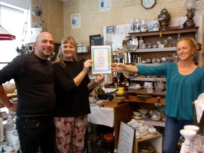 v.l.n.r. Wim en Daniëlle de Keizer van stichting Agua Viva krijgen de cheque van Erica Swart