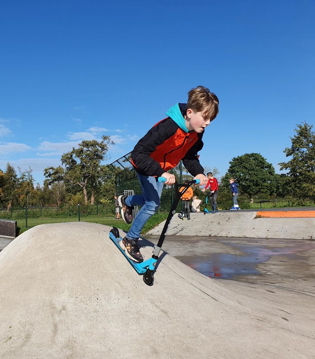 <p>Stuntsteppen op de skatebaan in Ederveen.</p> <p>Janneke Hek</p> © BDU media