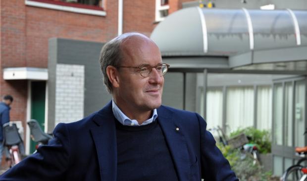<p>Dick Naafs in de Laanstraat voor de voormalige ingang van de drukkerij en de Baarnsche Courant.&nbsp;</p>