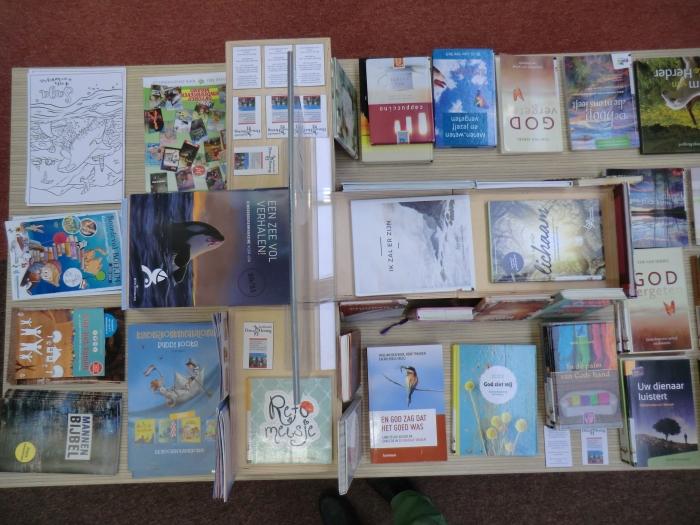 Tafel boeken en folders.