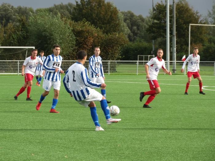 Schoonhoven aan de bal tegen Hardinxveld Teus Stam © BDU media
