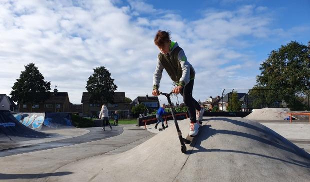 <p>Stuntsteppen op de skatebaan in Ederveen.</p>
