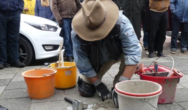 <p>Gunter Demnig plaatst een Struikelsteen in Sliedrecht (2019)</p>