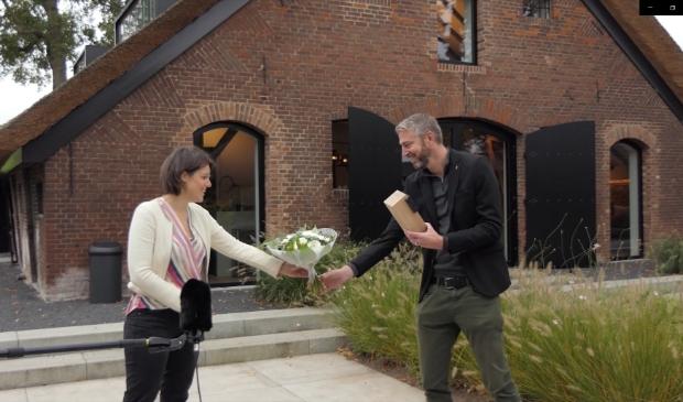 <p>Het Amersfoortse ontwerpbureau OOKarchitecten ontving de publieksprijs uit handen van wethouder Astrid Janssen op het erf van de gerestaureerde boerderij.</p>