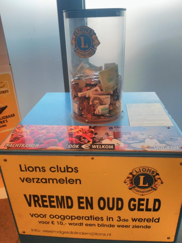 De Lions Vreemd en Oud geld verzamelzuil in de Jumbo in Soest. Lionsclub Eemland © BDU media