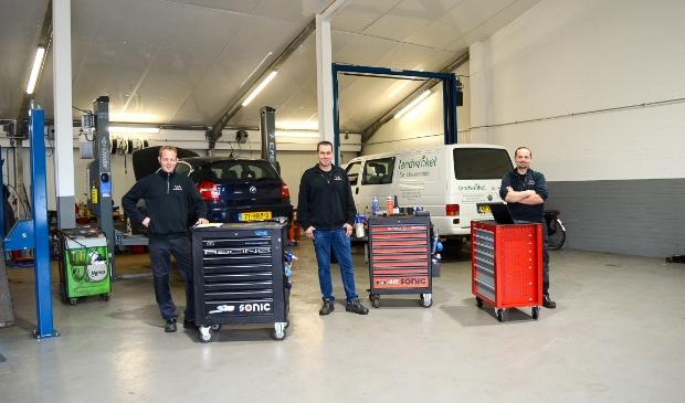 <p>Op gepaste afstand werken Bastiaan, Christiaan en Dirk (v.l.n.r.) in de werkplaats van Van Maanen Auto&rsquo;s.</p>
