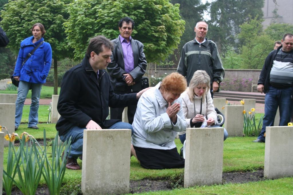 Een dochter van een soldaat, die in 2012 voor het eerst het graf van haar vader bezoekt. Stichting Sovjet Ereveld © BDU media