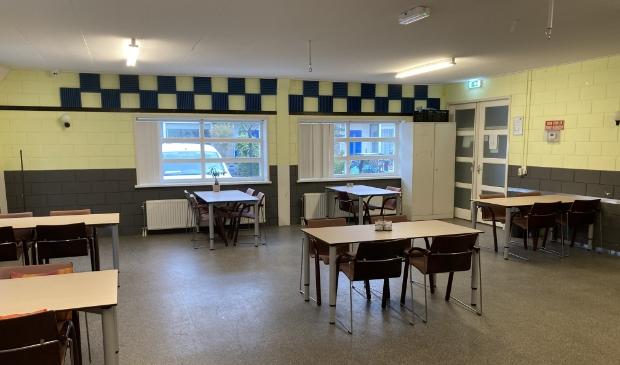 De kleine zaal van Speeltuingebouw Oosterkwartier sinds de komst van de tafels en stoelen