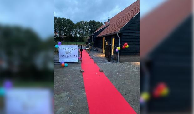 De rodeloper is uitgerold om de kinderen welkom te heten Bij het kinderdagverblijf