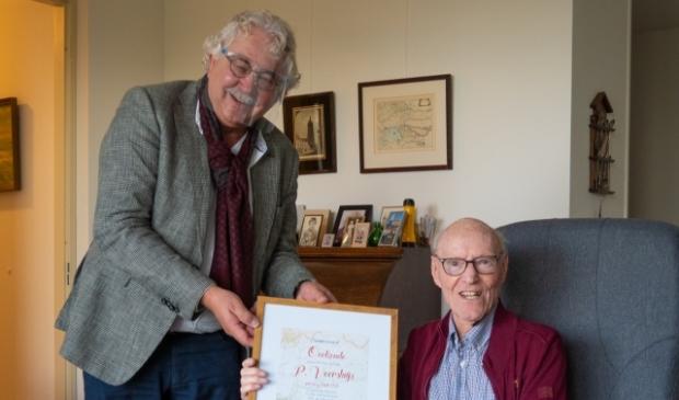 P. Voorsluijs (rechts) ontvangt de 75 jaar oorkonde van Steef Staal (vrz van de jubilarissen cie)