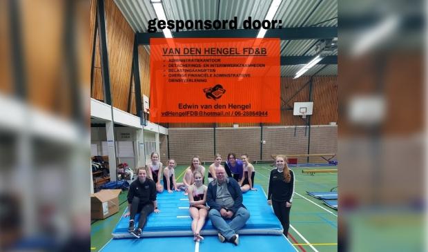 Leidsters Laura & Renate, recreatiegroep turnen SV Avanti en sponsor Edwin