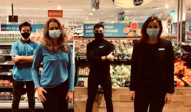 <p>van links naar rechts: Vincent (medewerker Verkoopklaar), Sam (medewerkster Verkoopklaar), Koen (Supermarktmanager), Bo (Assistent Supermarktmanager)</p>