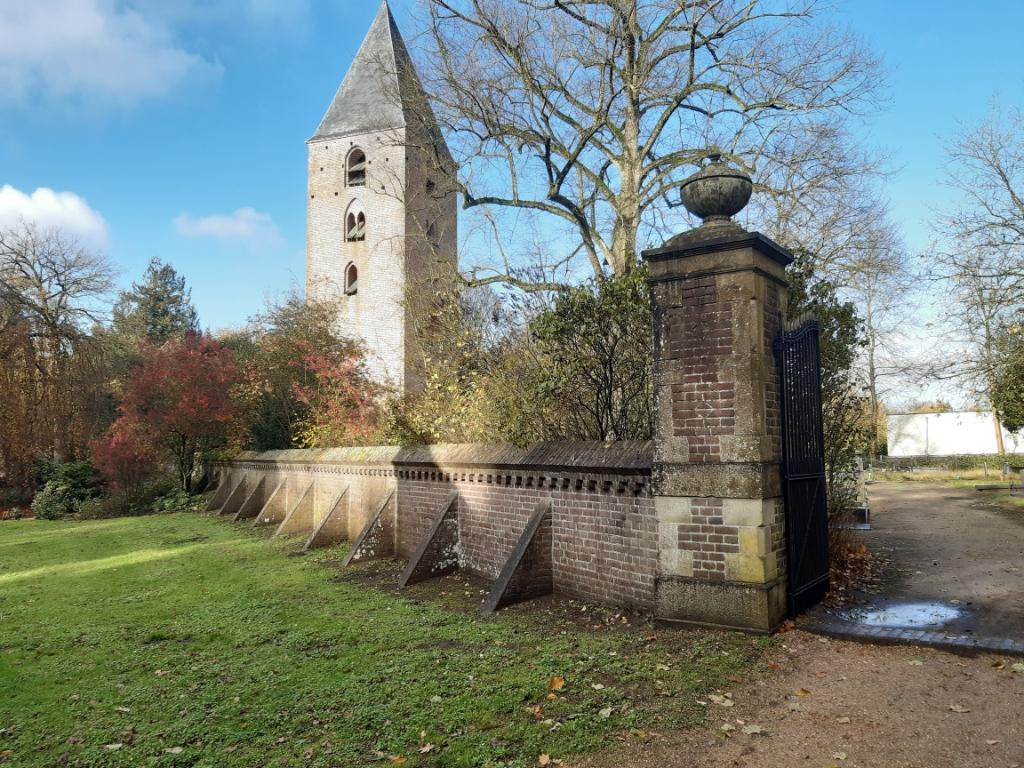 De monumentale muur op de begraafplaats bij het torentje van Oud-Leusden.