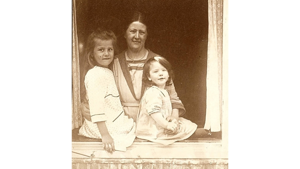 Hannie Schaft (rechts) met haar moeder en zusje Annie. Noord-Hollands Archief © BDU media