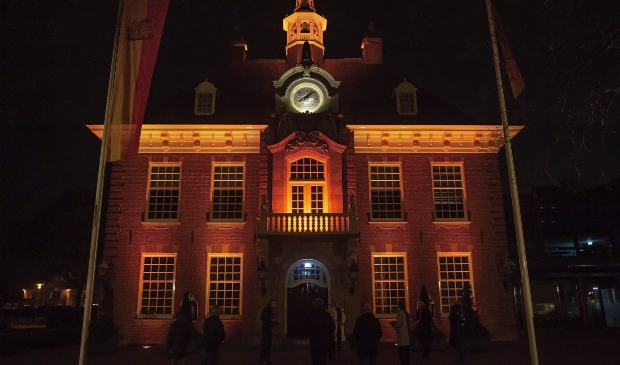 <p>Het Raadhuis oranje verlicht om te laten zien dat geweld tegen vrouwen moet stoppen.&nbsp;</p>