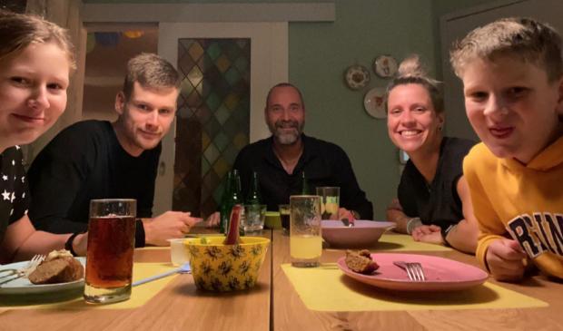 <p>Wielrenner Lennard Hofstede (tweede van links) bij de familie Van Manen.</p>