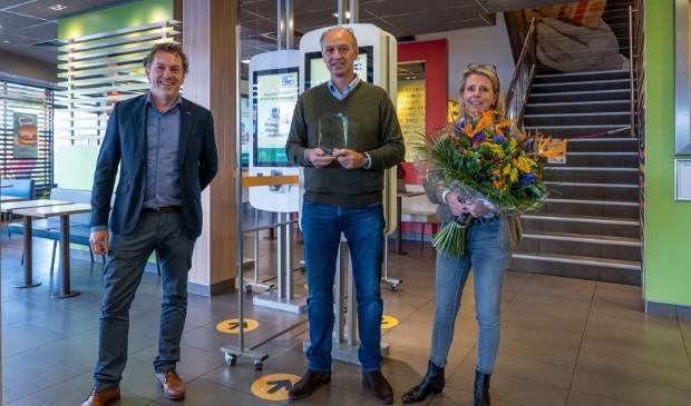 <p>Robert de Gruyter (midden) en zijn vrouw Th&eacute;cla de Gruyter-Ellenbroek (rechts) ontvangen de felicitatiesuit handen van Erwin Dito, Managing Director McDonald&rsquo;s Nederland (links) </p>