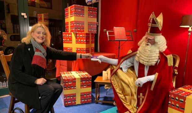 Burgemeester Reinie Melissant  overhandigde Sinterklaas een aantal Bliekenbonnen