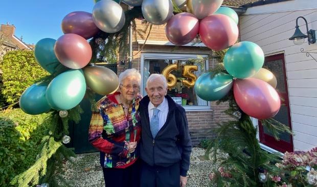<p>Gon en Ton op hun trouwdag bij de ballonnenboog</p>