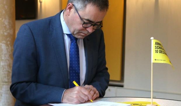 <p>Ook de Haarlemse burgemeester Jos Wienen deed vorig jaar mee aan Write for Right. Ondanks 'corona' hoopt de organisatie ook dit jaar op een 'lawine aan brieven en kaarten'.</p>