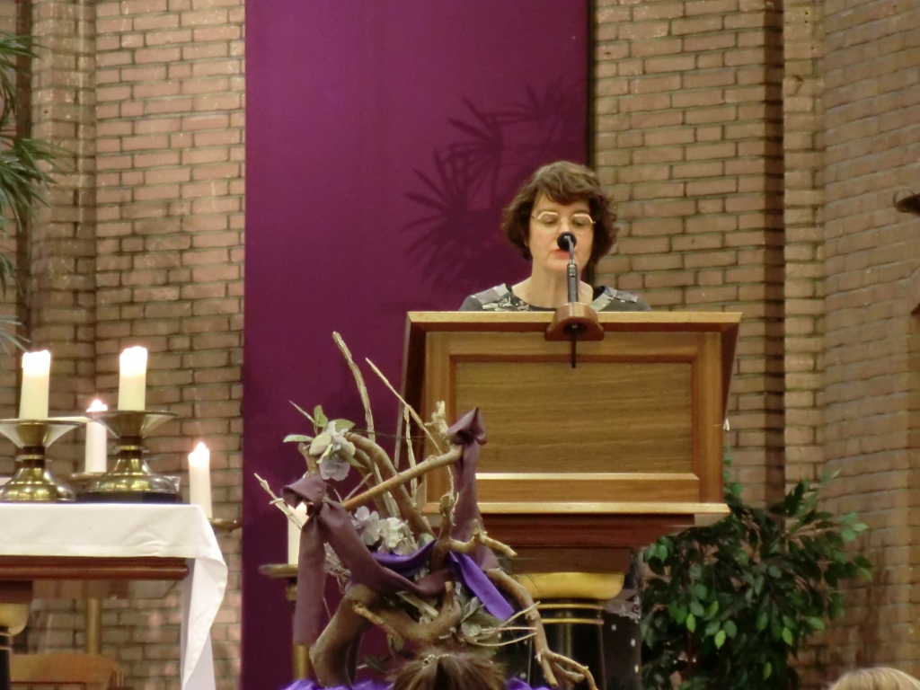 Vice-Voorzitter Angelique Liebens sprak de aanwezige parochianen en kijkers van kerkomroep vooraf toe. GH © BDU media