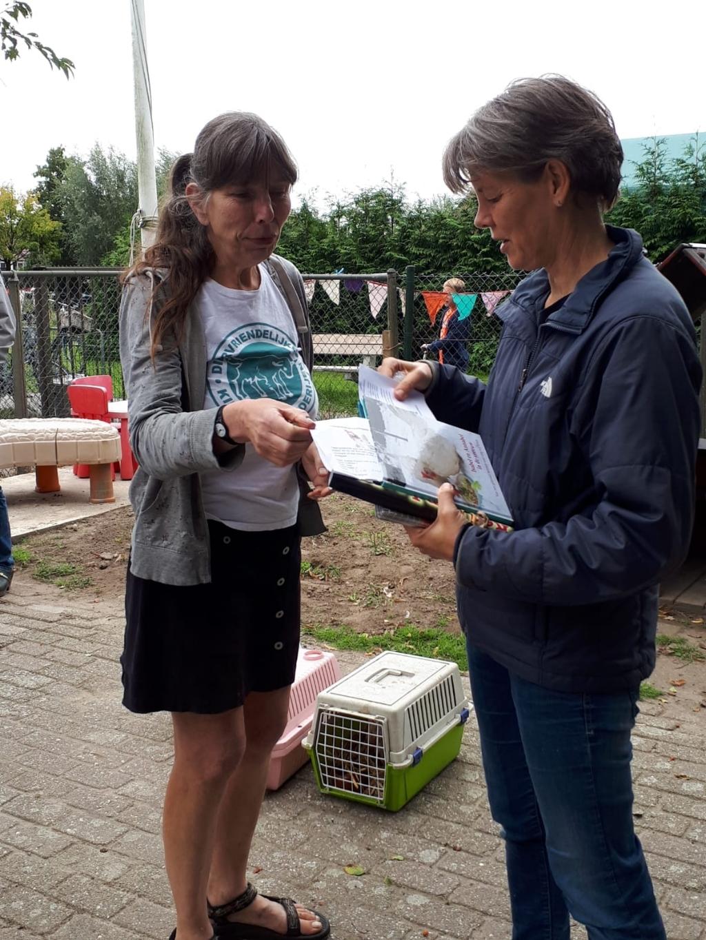 Annette Wessels neemt de informatie aan van stichting Red een Legkip Dier en Wij © BDU media