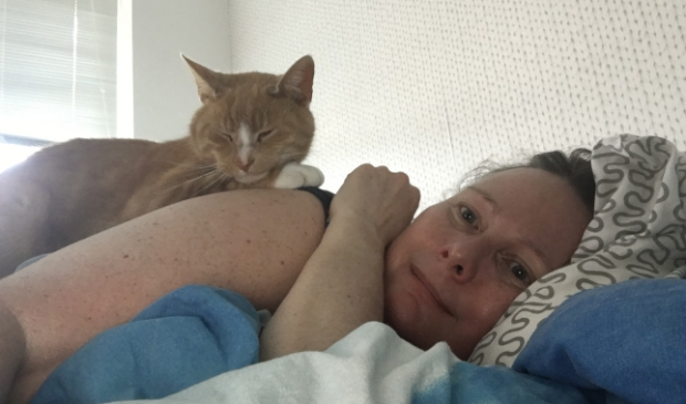 Marielle de Vries in bed met haar kat Sammie