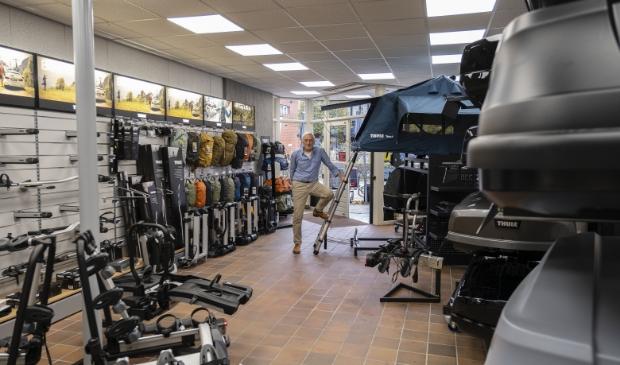 <p>Andries de Loor in zijn vernieuwde winkel.</p>