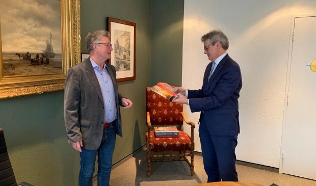 <p>Na zijn debuutroman &#39;De buurt was veilig&#39; sprak auteur Rik Bronkhorst met burgemeester Lucas Bolsius.</p>