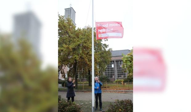 Namens de Protestantse Gemeente Gorinchem hesen Jos Maris en Lienemijn Verploeg de vlag bij de Johanneskerk.