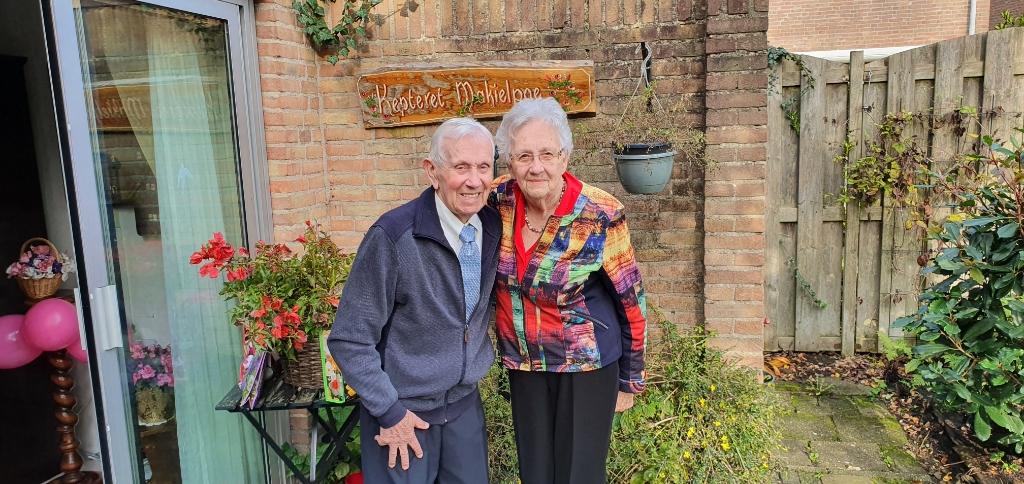 Gon en Ton bij het bord dat aan hun tuinhuis hing en nu in de tuin Irene van Valen © BDU media