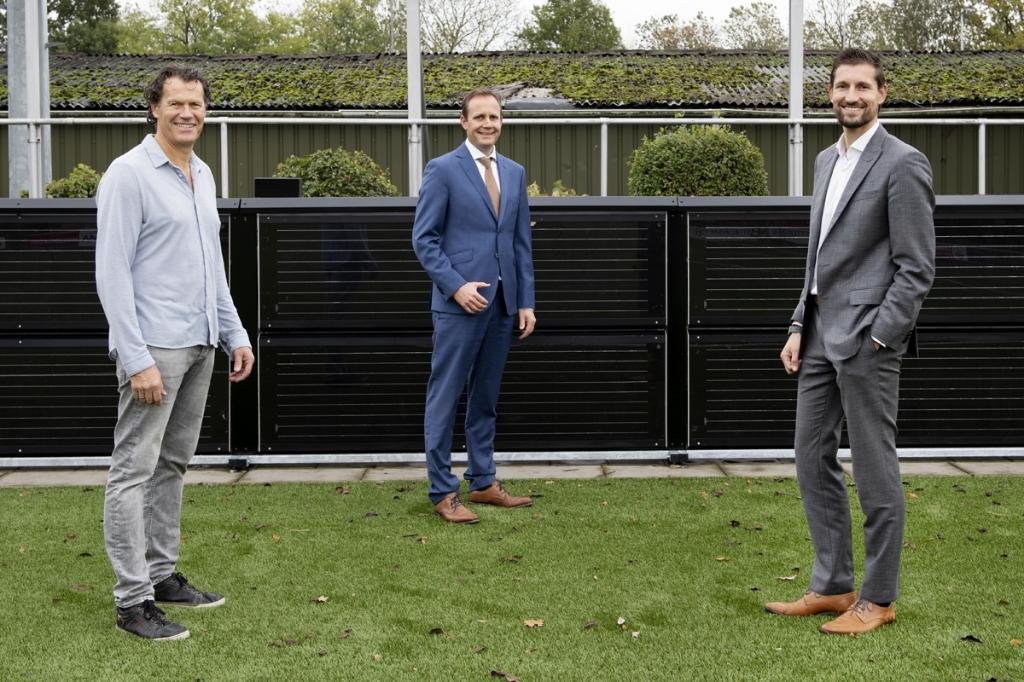 <p>Digerto Biemans (GVV Unitas), Ronald van Bemmel (directeur Softs) en Eelke Kraaijeveld staan voor de Green Boarding</p> I]Iri] Is © BDU Media