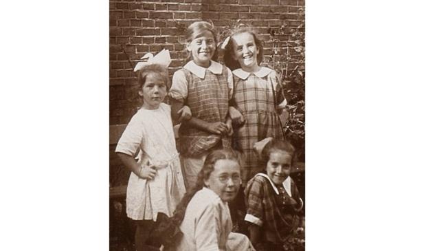 <p>Hannie (links met strik) met zusje, twee nichtjes en een onbekend meisje (1925)</p>