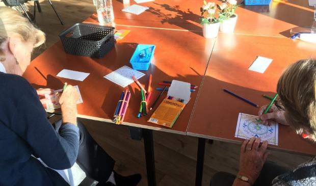 <p>In het Odensehuis zijn deelnemers bezig met het maken van een kaart voor hun mantelzorger als dank voor hun inzet.<br><br></p>