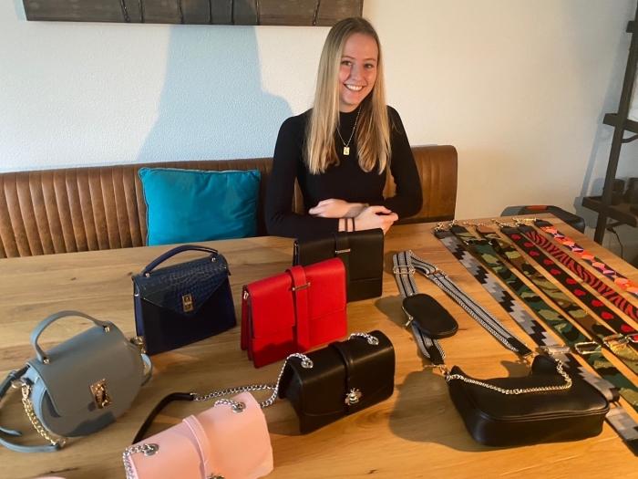 Lisa met haar collectie tassen