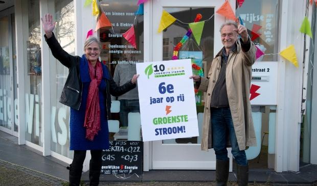 Bestuurslid Sarida van der Meer en voorzitter Henk Muis van de EigenWijkse Energie Coöperatie voor de EnergieWinkel waar je o,a, terecht kunt voor de groenste energie van Nederland.