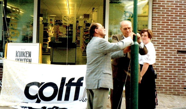 <p>Opening van de supermarkt in 1992 met burgemeester Bransen en Henk en Nel Steenman. </p>